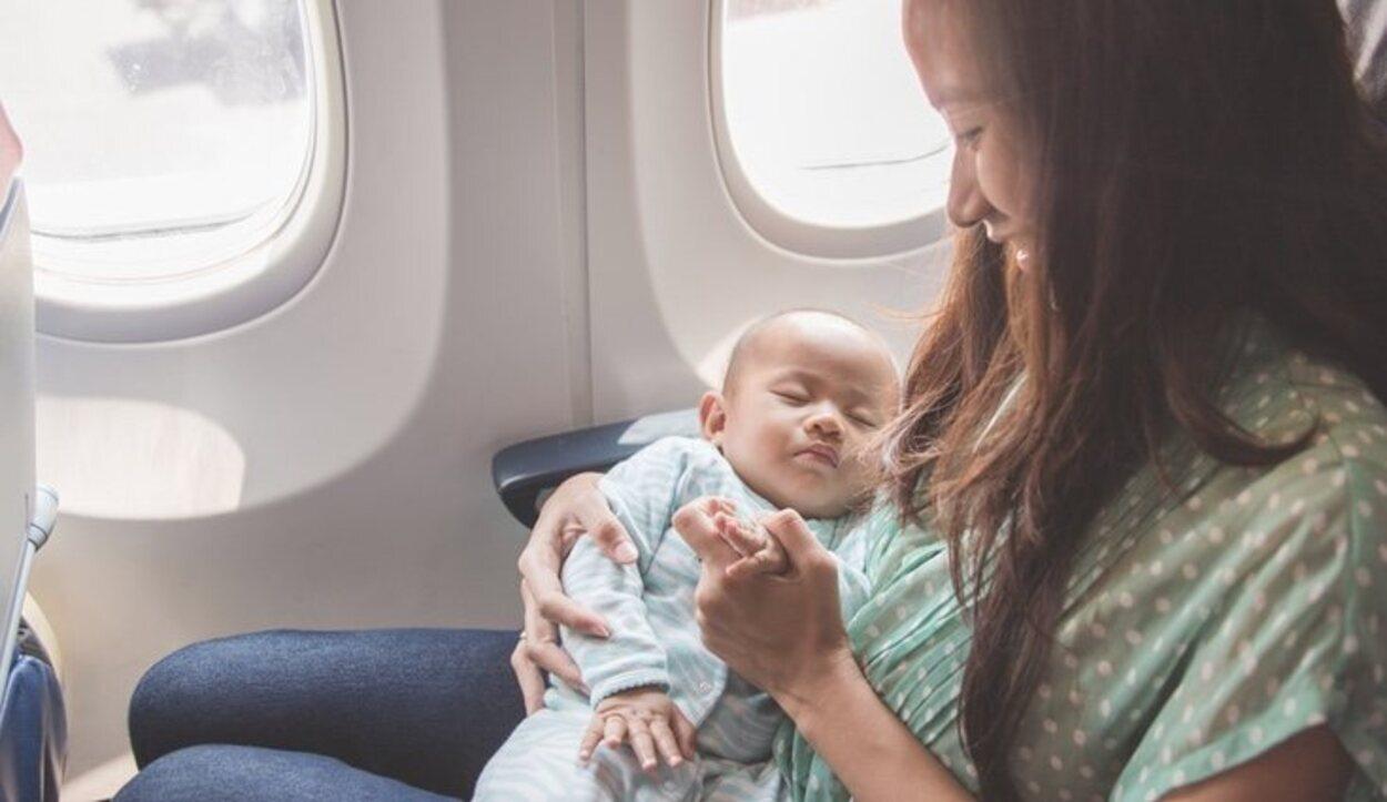 Los niños menores de dos años viajan encima de sus padres