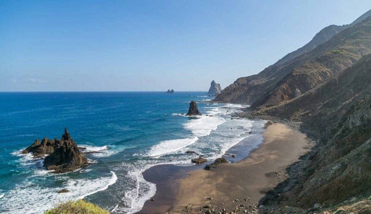 Prácticamente todas las playas de la isla son de arena negra