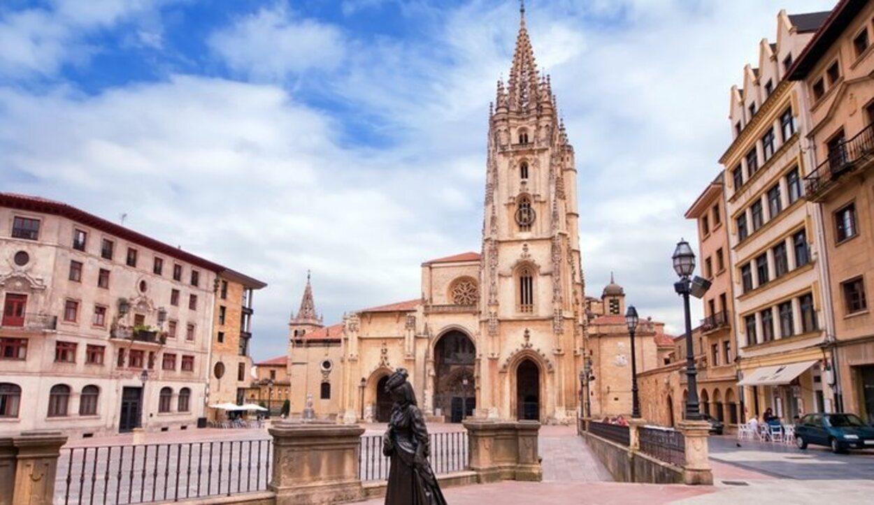 Estatua de la Regenta delante de la Catedral de Oviedo