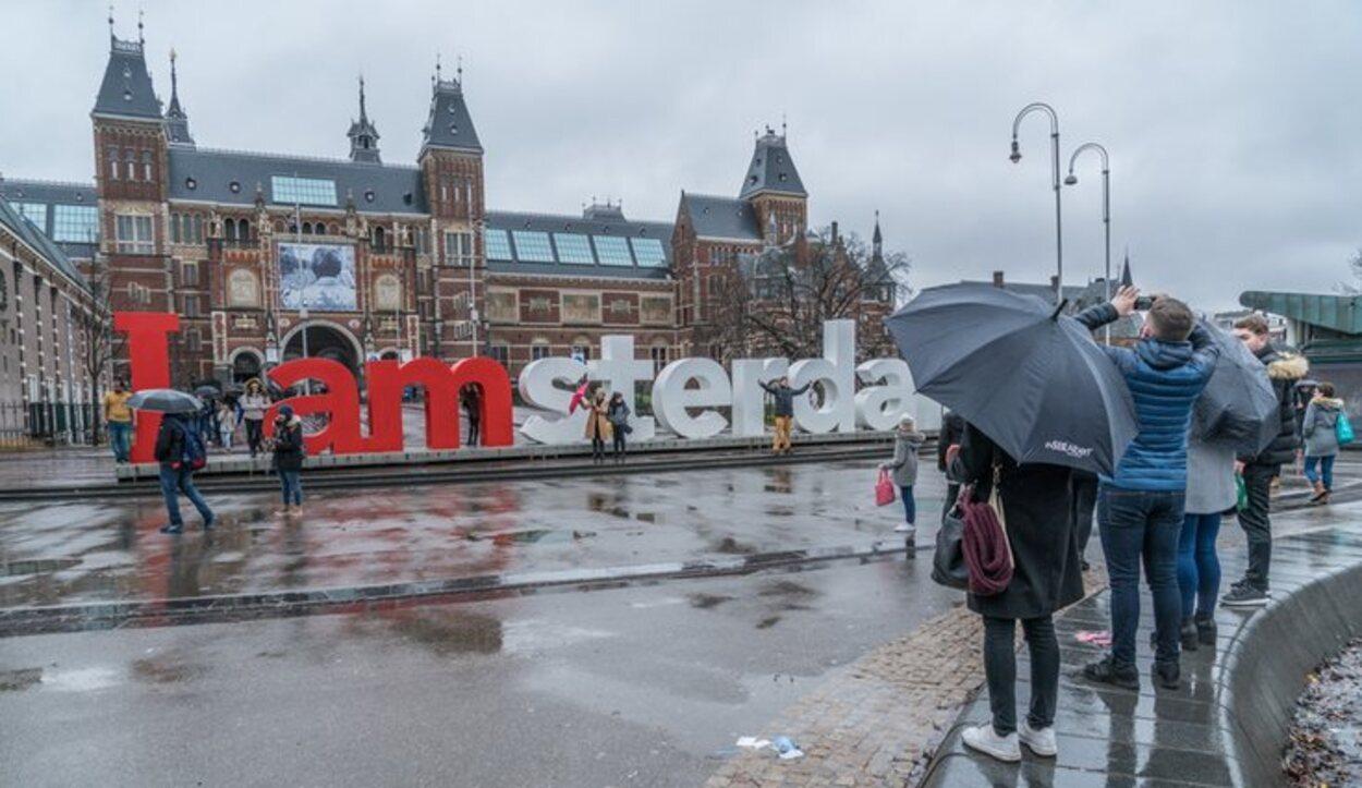 Si viajas a Amsterdam, no olvides llevar paraguas en la maleta