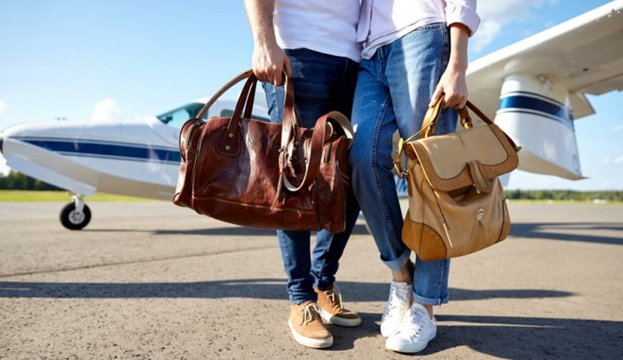 El bolso o maletín se colocará debajo del asiento