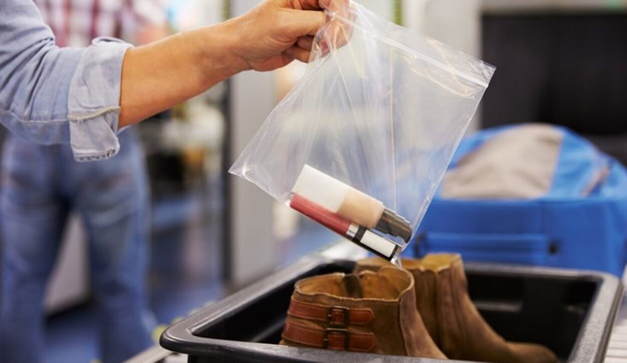 Los líquidos deben ir en recipientes de 100 ml y en una bolsa precintada de plástico