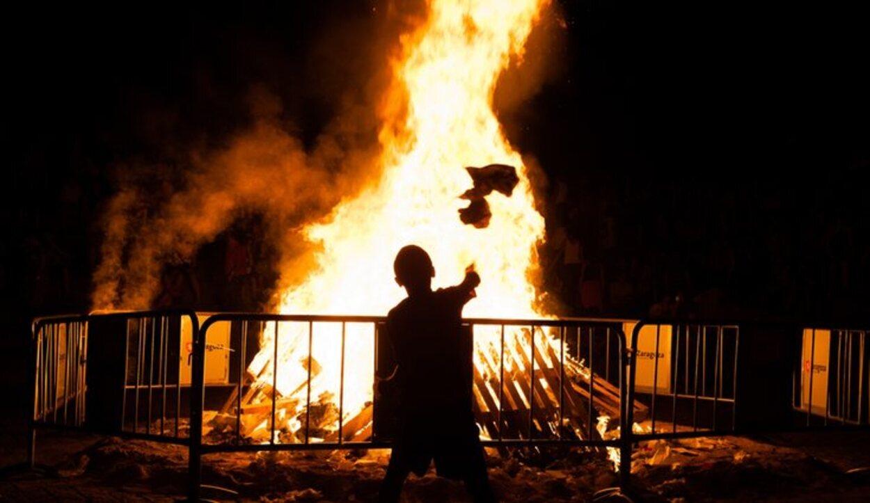 En la quema de júas se arrojan muñecos al fuego para alejar los males