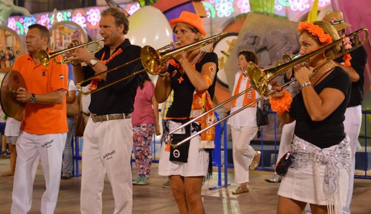 Los desfiles musicales se suceden durante la Noche de San Juan en Alicante