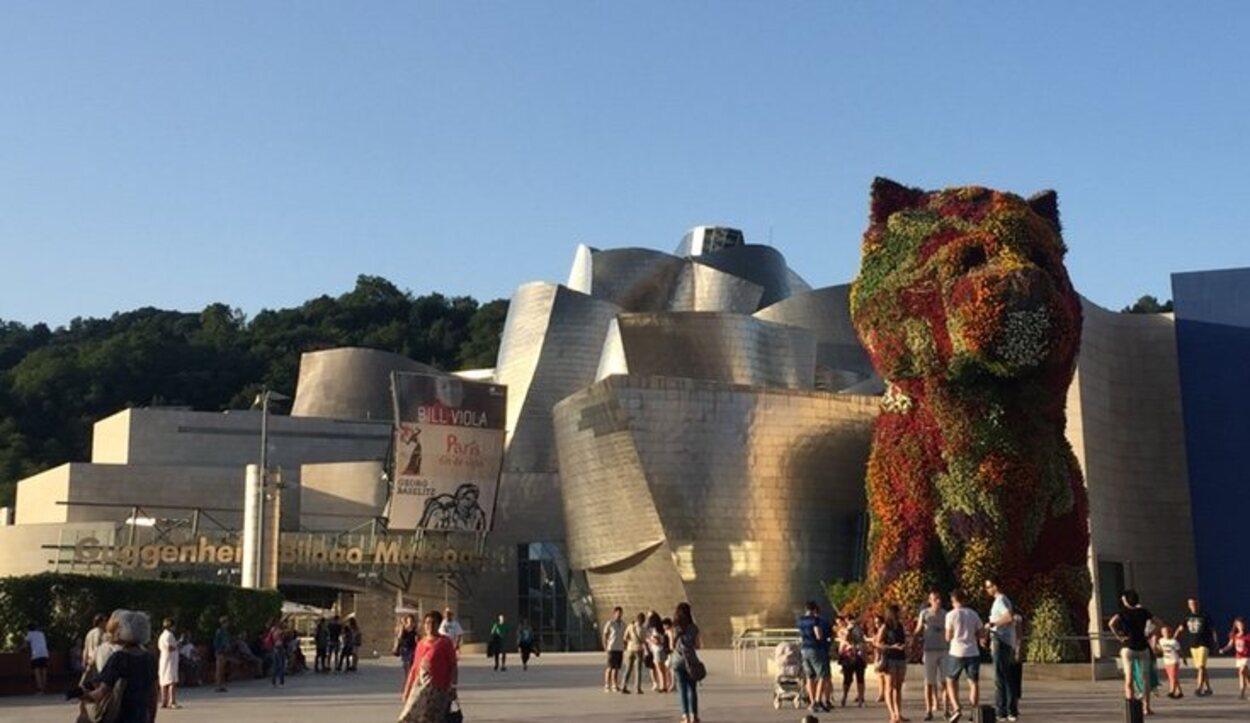 'Puppy' es la escultura recubierta de flores perteneciente al Guggenheim