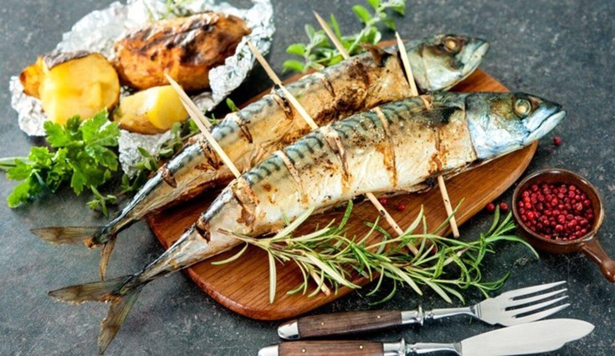 La parrillada de pescado con papas arrugadas es el plato típico de la zona
