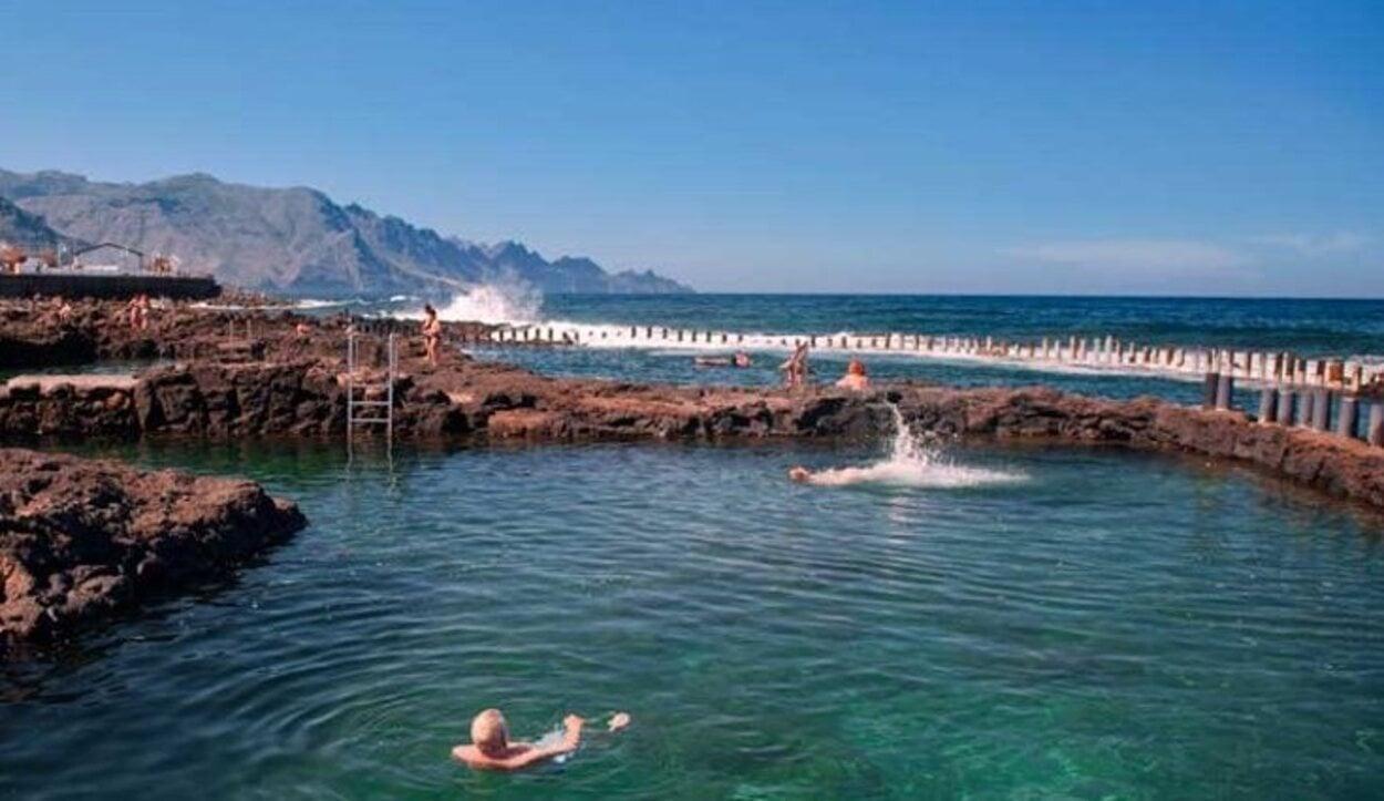 En la Playa de las Salinas de Agaete se encuentran las piscinas naturales | Foto: Holaislascanarias.com