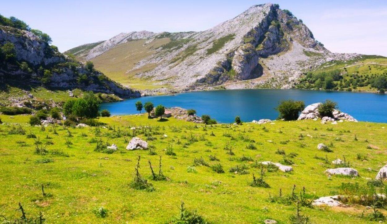 En las profundidades de este lago se encuentra sumergida una talla de la Virgen de Covadonga