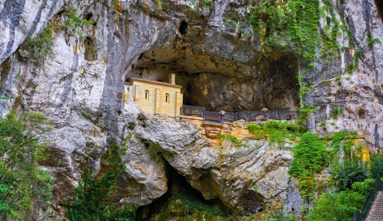 La capilla neorrománica, que se encuentra hoy en día en la cueva, fue levantada en la década de 1940
