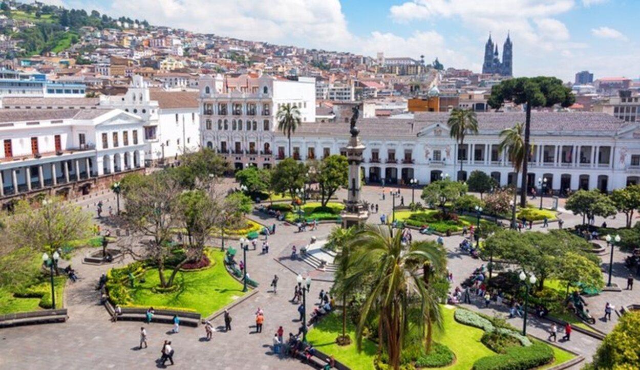 Esta plaza es el punto de encuentro entre turistas y ciudadanos