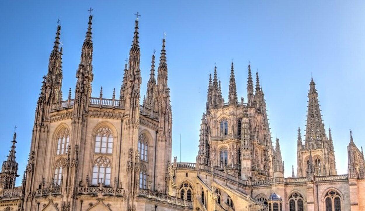 Las agujas de las torres se añadieron en el siglo XV siguiendo la corriente isabelina