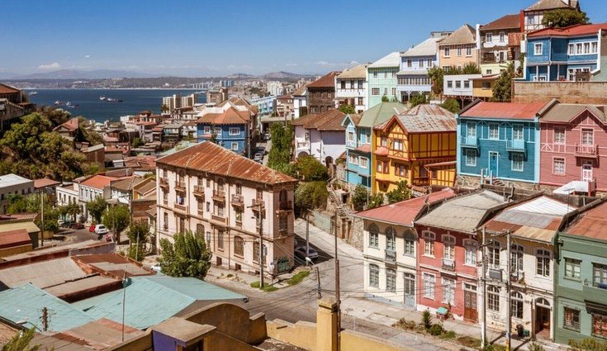 La ciudad de Valparaíso destaca por el colorido de sus casas