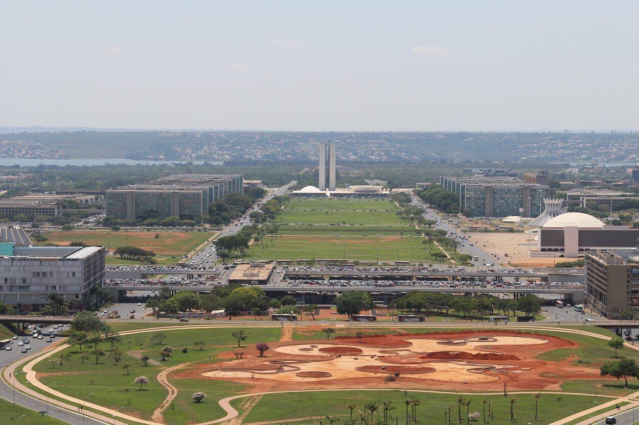 La plaza de los tres poderes es un enorme espacio en el que se encuentran tres grandes monumentos representando los 3 poderes