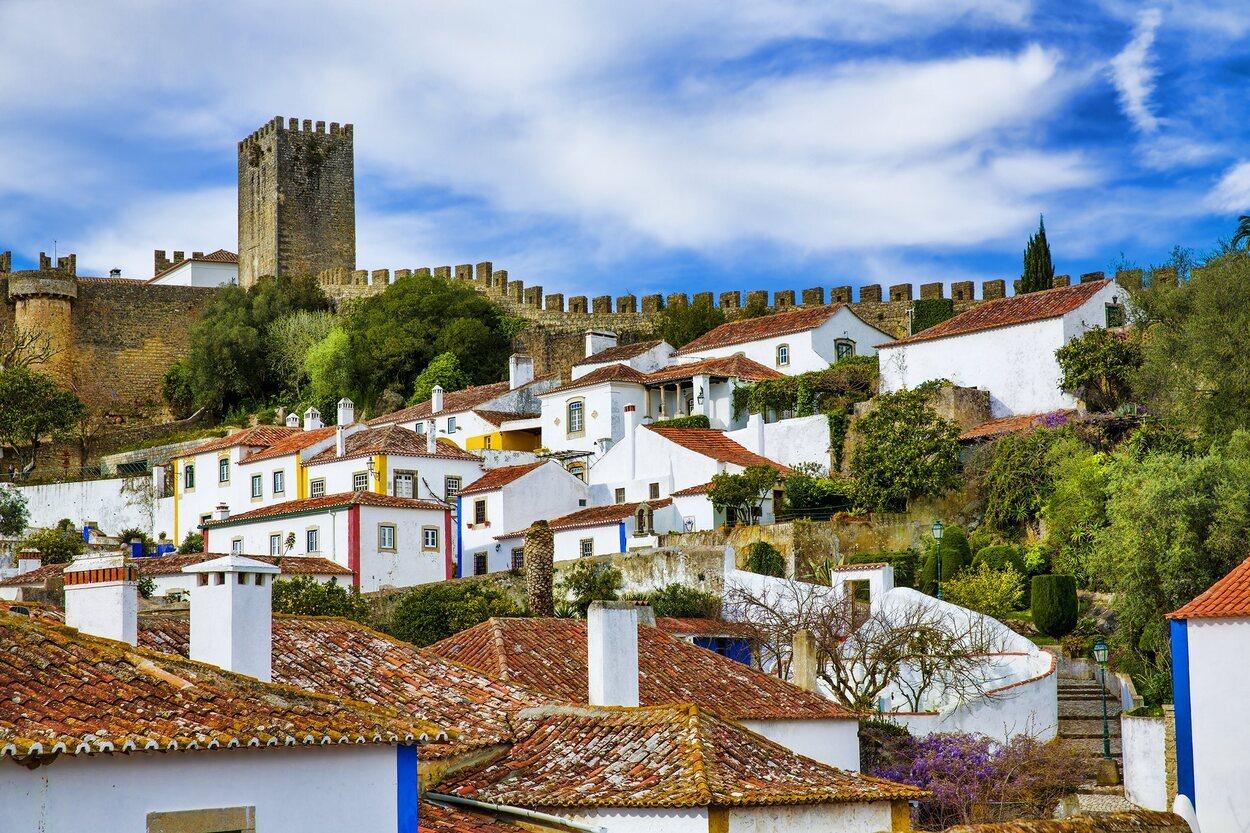 Óbidos es una ciudad fortificada por una gran muralla y un castillo