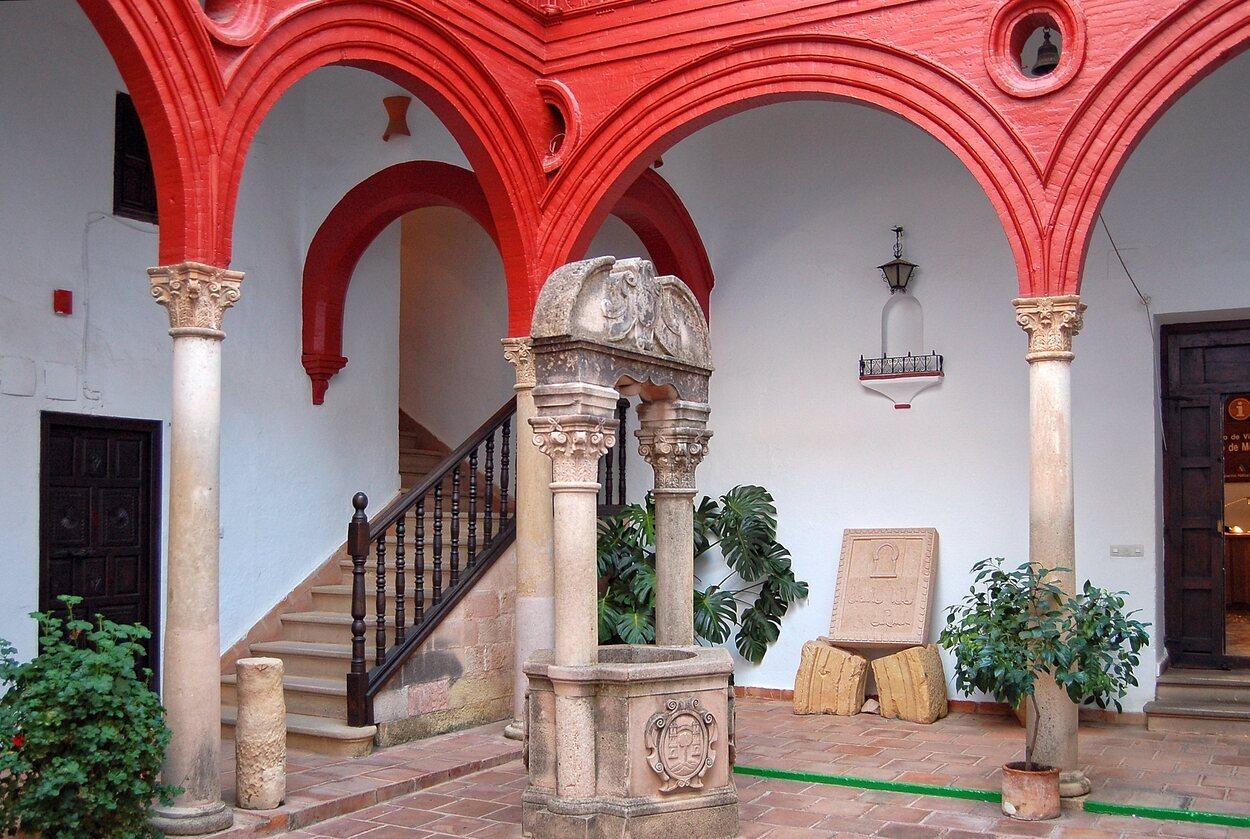 Es un edificio de estilo mudéjar-renacentista