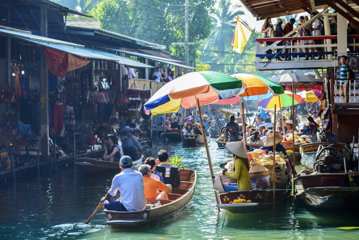 Tailandia es característica por sus mercados flotantes