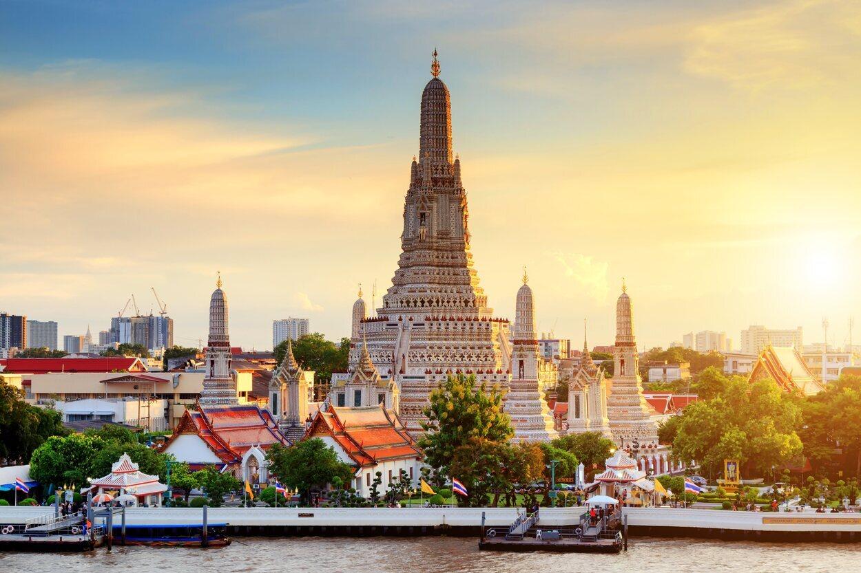 El templo Wat Arun se encuentra a las orillas del río