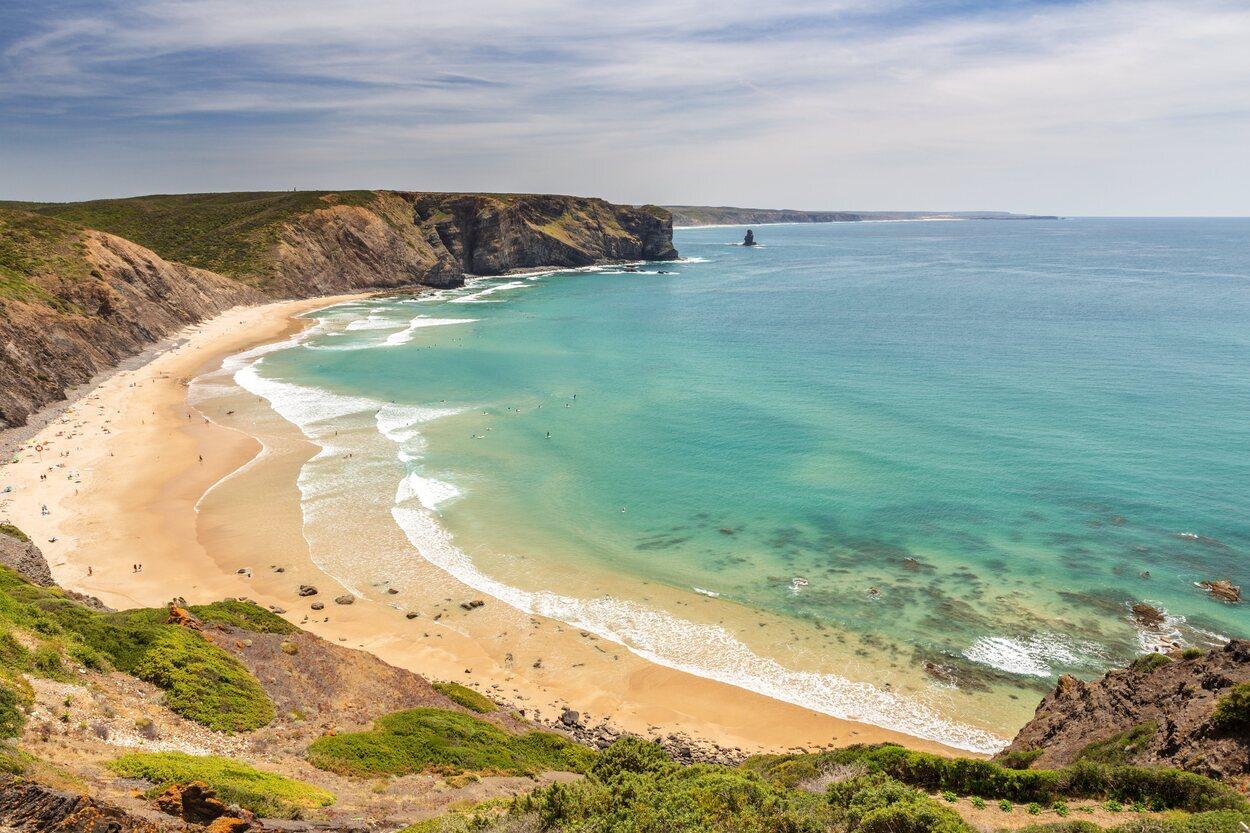 Playa de la Arrifana protegida por una enorme roca