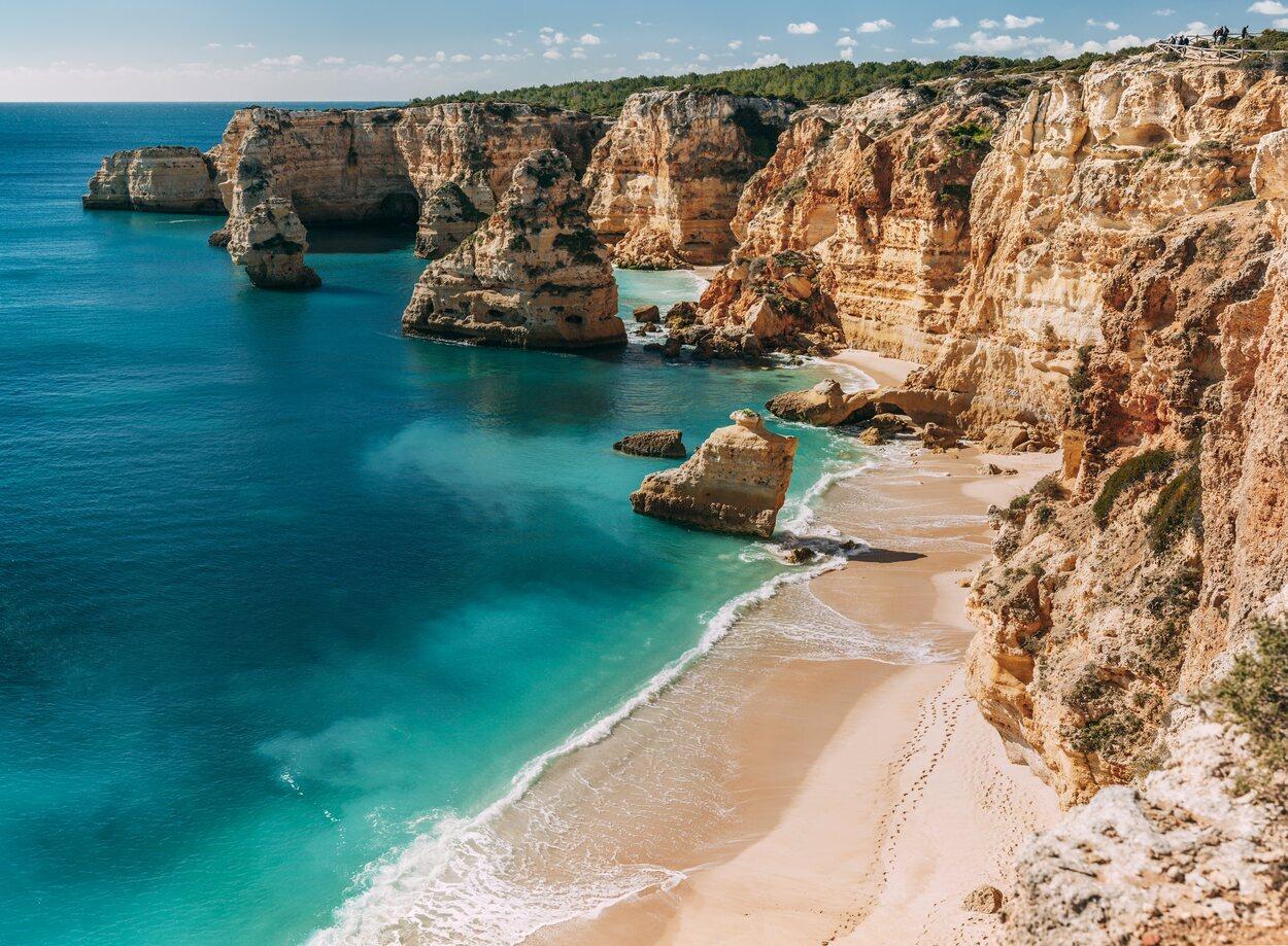 Praia de Marinha, considerada una de las 10 playas más bellas de Europa y una de las 100 más bellas del mundo