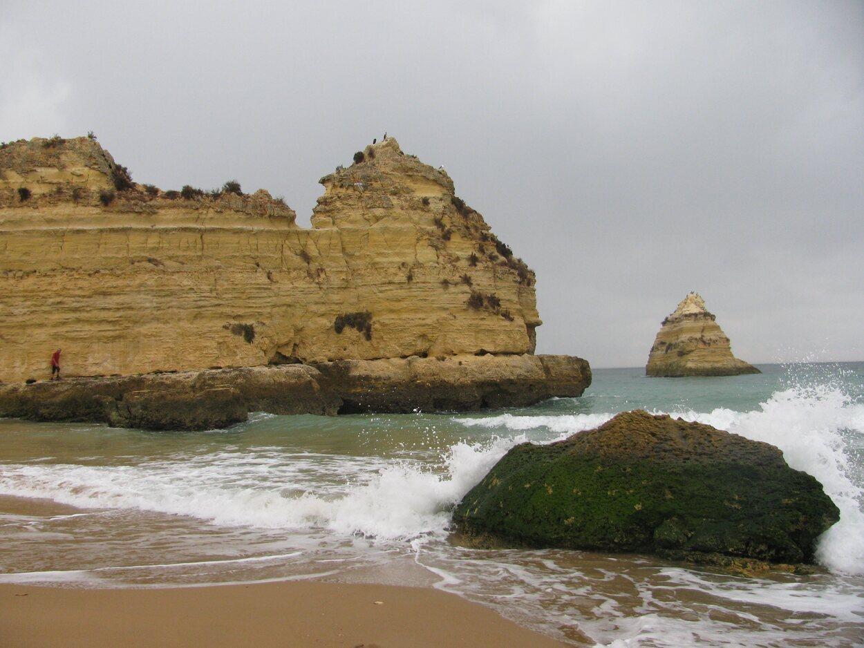 La playa Doña Ana llama la atención por sus formaciones rocosas