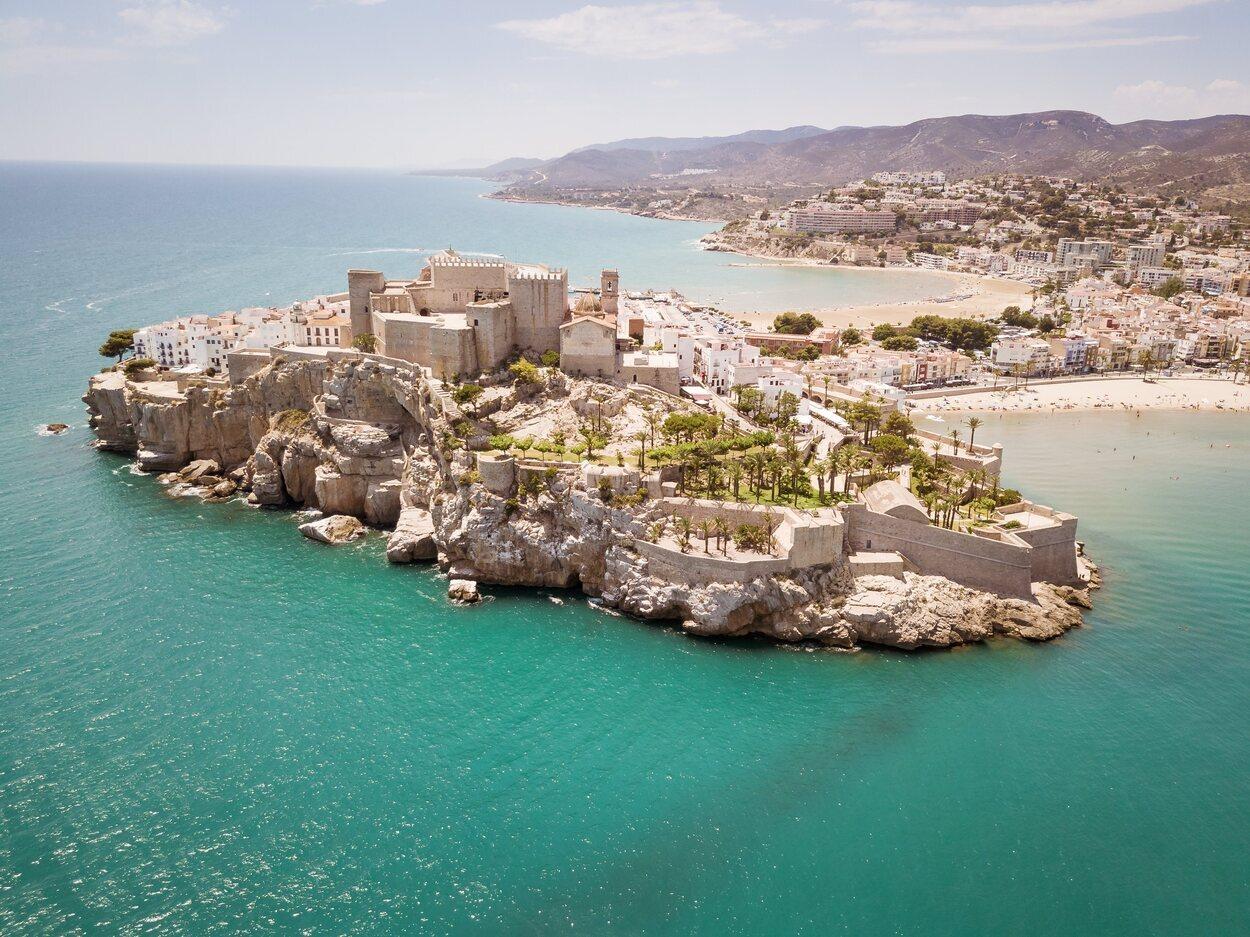 Peñíscola cuenta con numerosas playas y calas con vistas increíbles