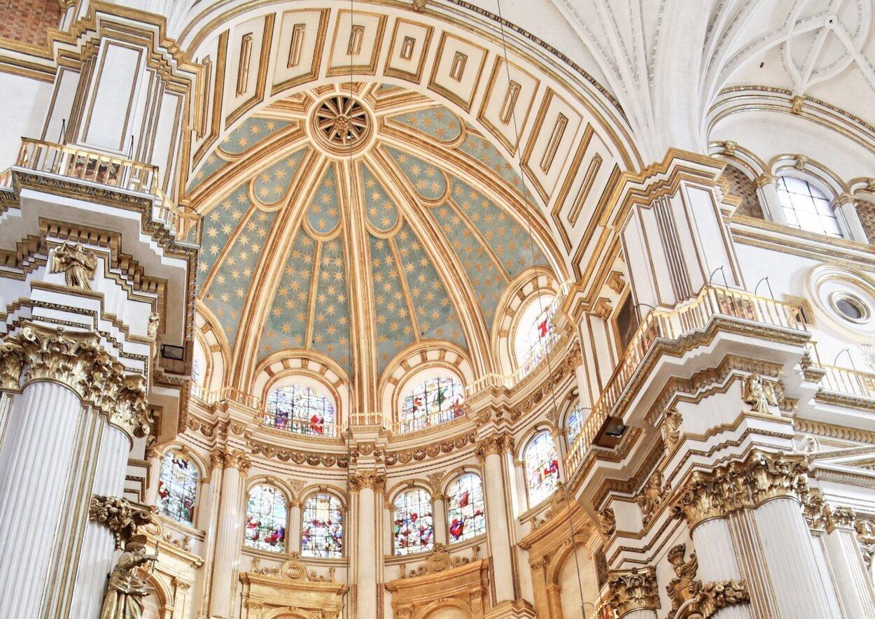 Una bóveda de crucería sostiene los pilares de la Capilla Real