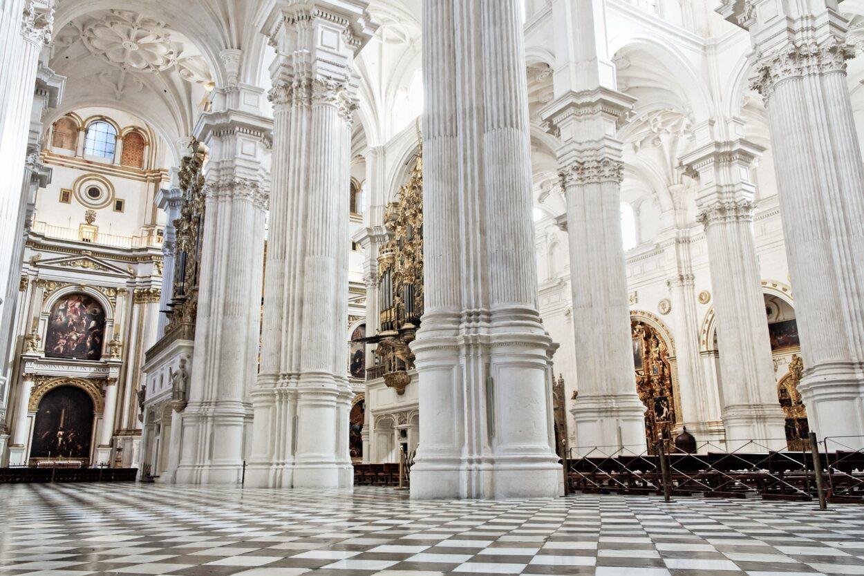 El sepulcro de Juana La Loca se encuentra entre el altar mayor y la reja mayor