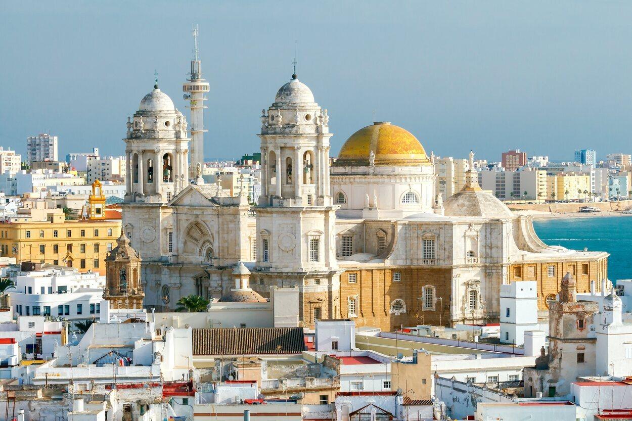 Catedral de Cádiz y su colores blancos y dorados que hacen contraste con el mar