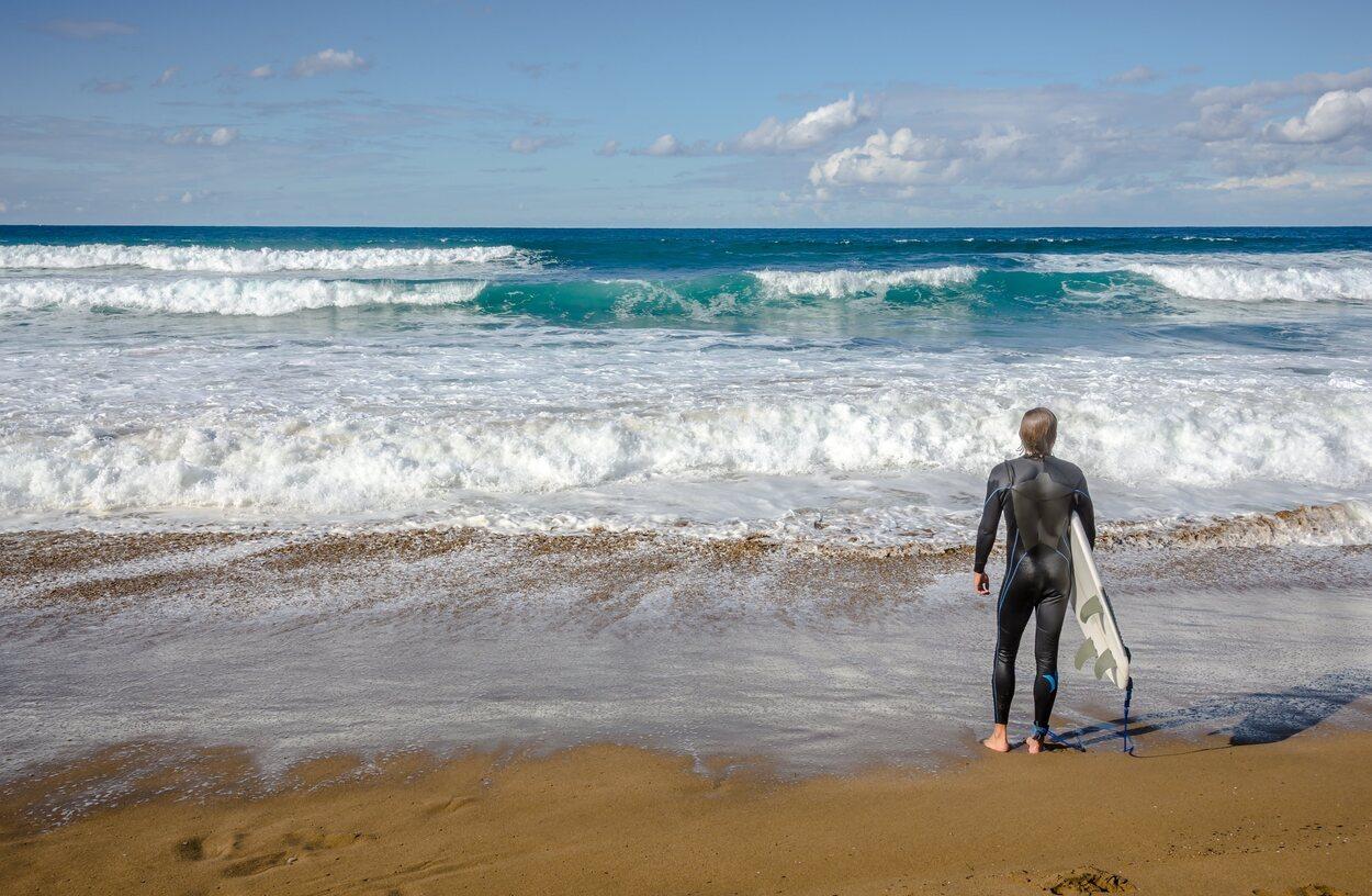 En la playa de Zarautz las olas llegan a alcanzar los 3 metros algunas veces