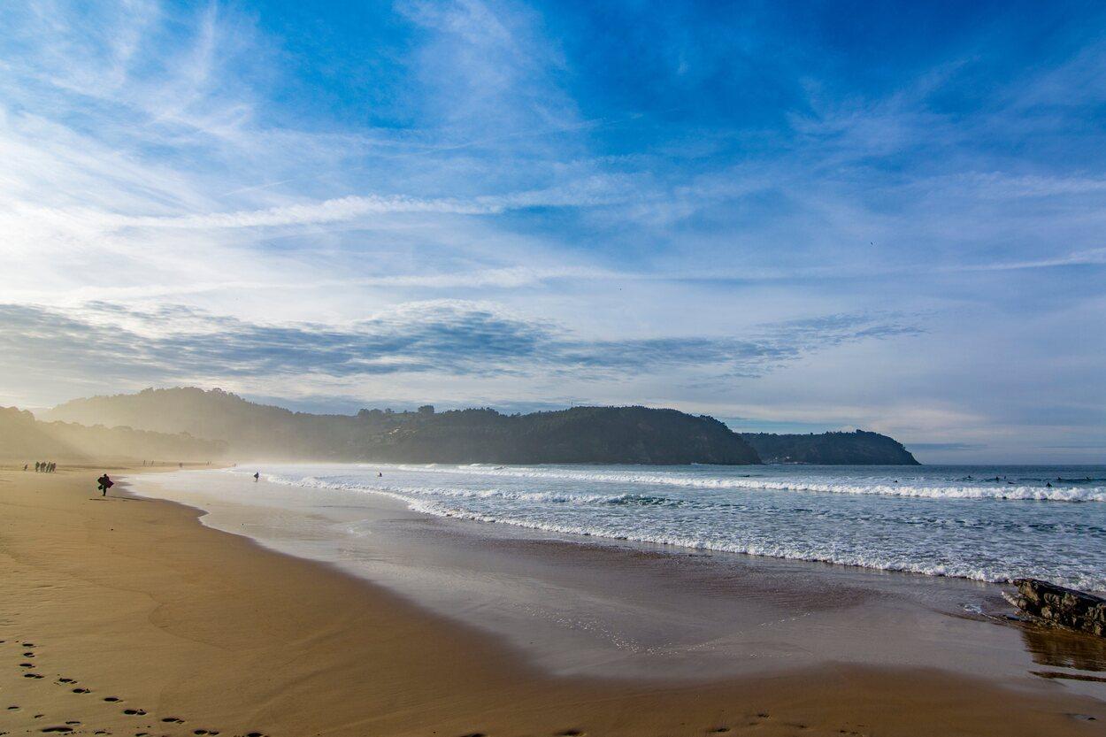 La playa de Rodiles se encuentra en la desembocadura de la ría de Villaviciosa