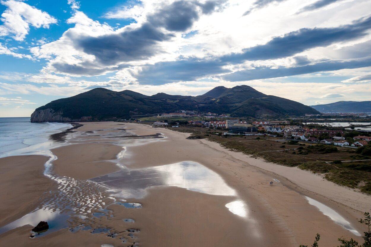 Santoña tiene una playa ideal para practicar surf