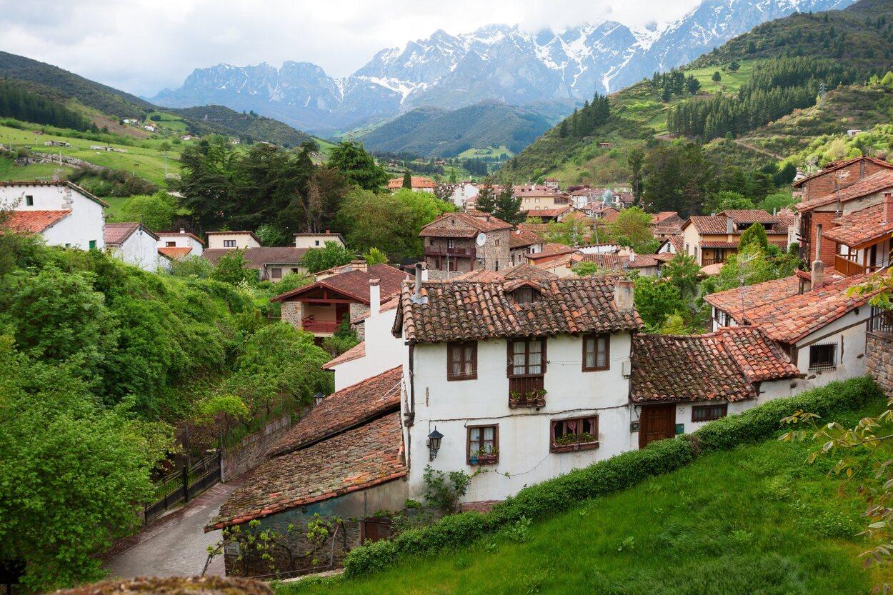 Potes se encuentra ubicado a los pies de los Picos de Europa