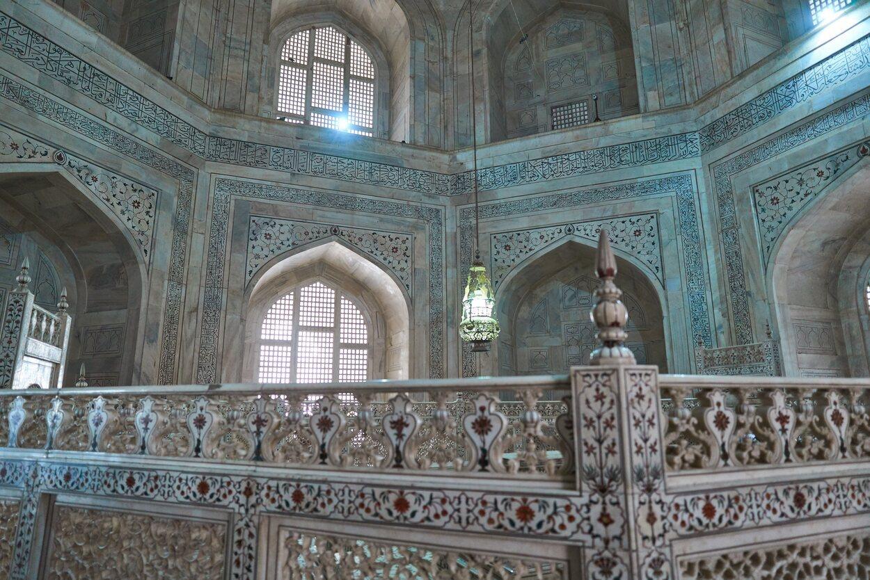 Tiene varios edificios restaurados donde se encuentran varios mausoleos