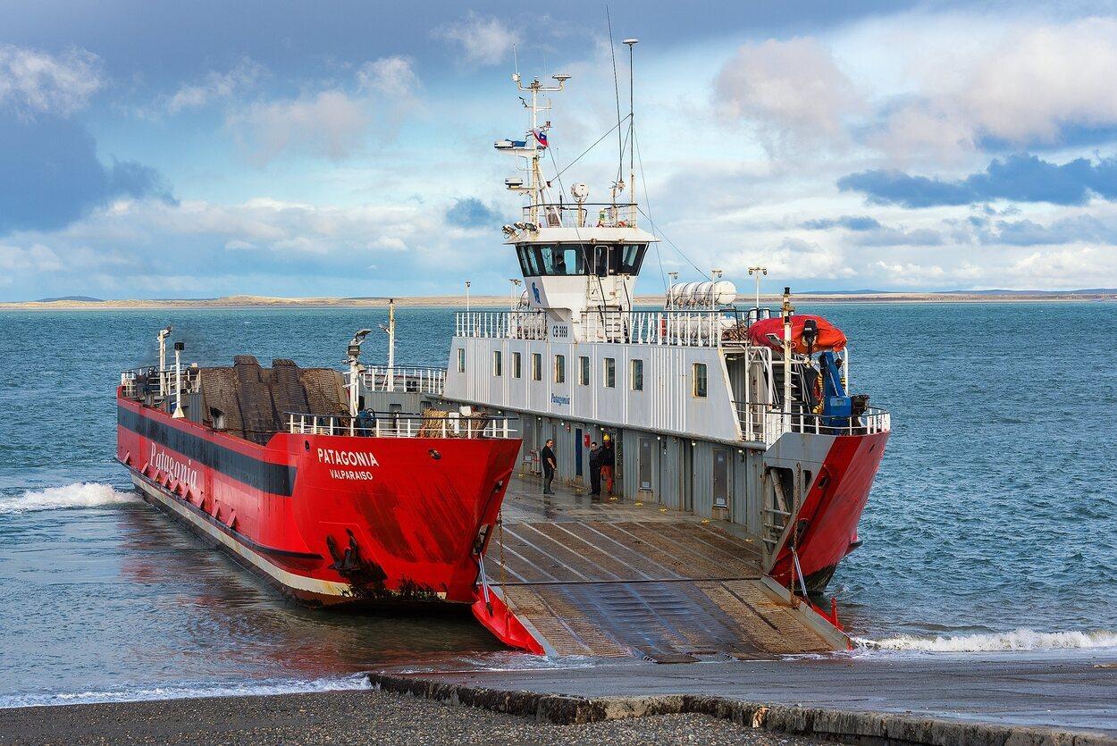 Te puede llevar un ferry hasta isla Navarino desde Ushuaia o Punta Arenas