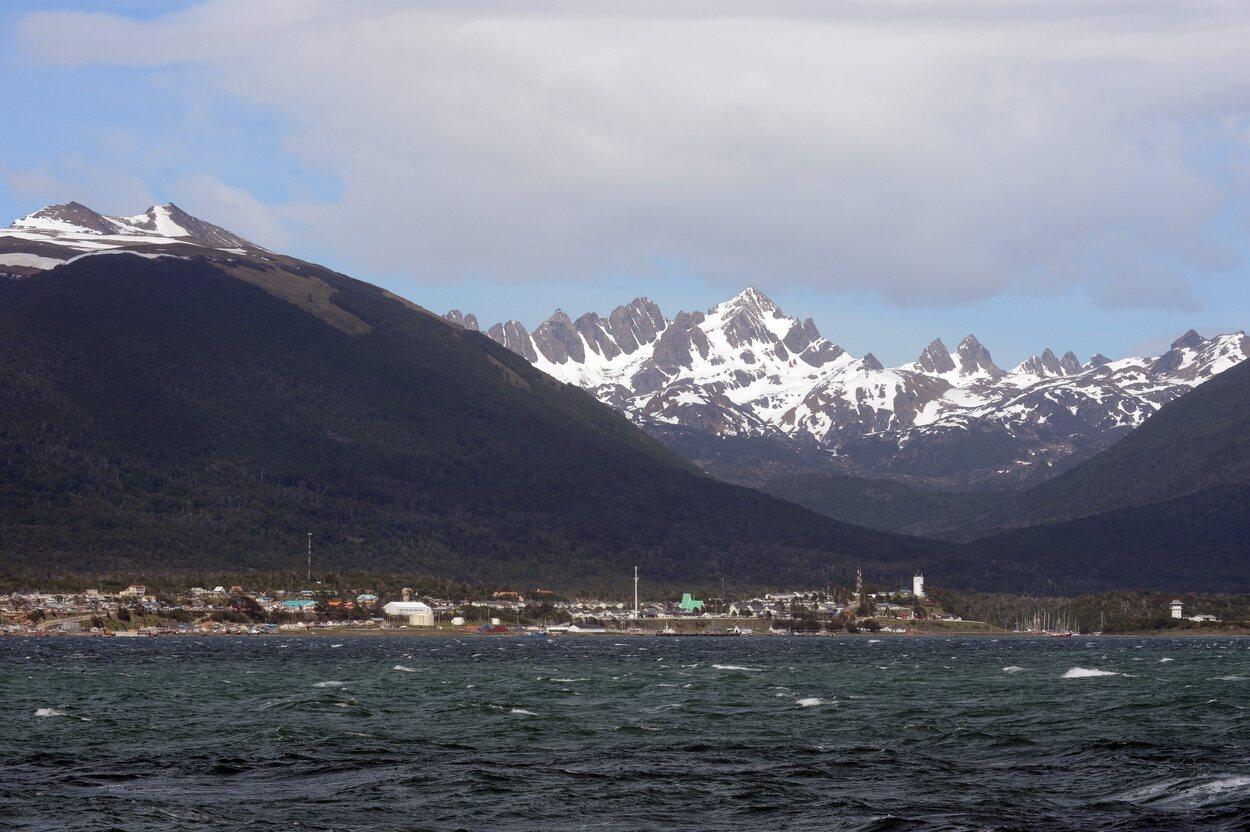 Se encuentra en la ribera del norte de la isla Navarino