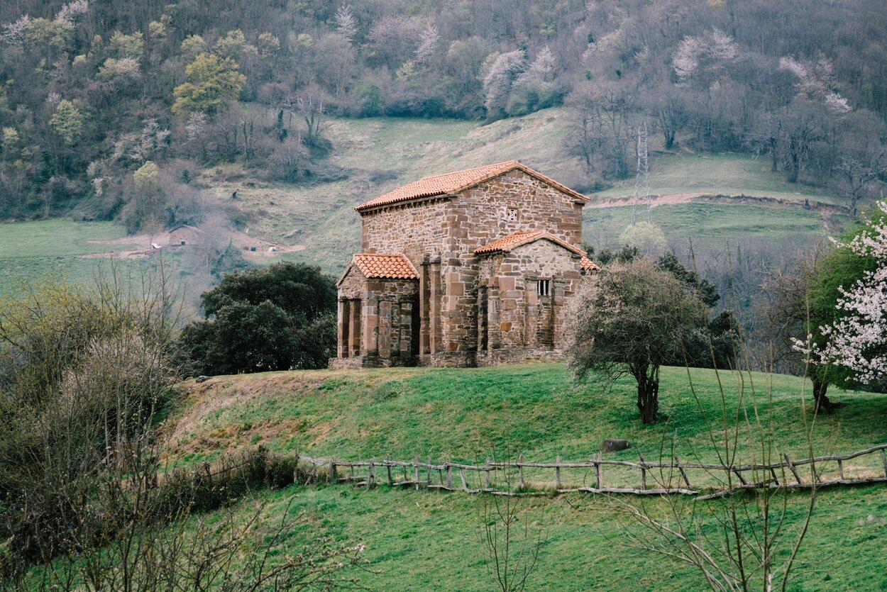 Santa Cristina de Lena se encuentra a 35 kilómetros al sur de Oviedo