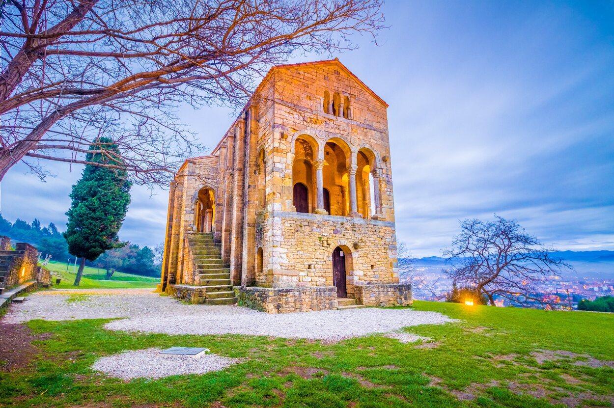 Santa María del Naranco es el emblema de los monumentos prerrománicos