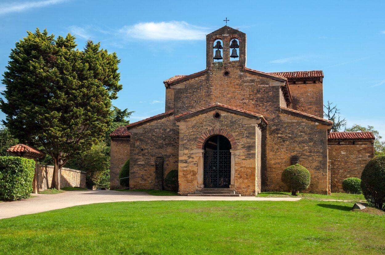 San Julián de los Prados se asienta junto a la salida de Oviedo en dirección a Gijón y Avilés