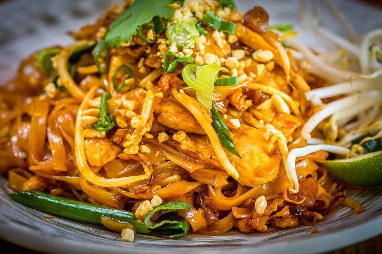 En el mercado nocturno puedes disfrutar de la comida típica tailandesa