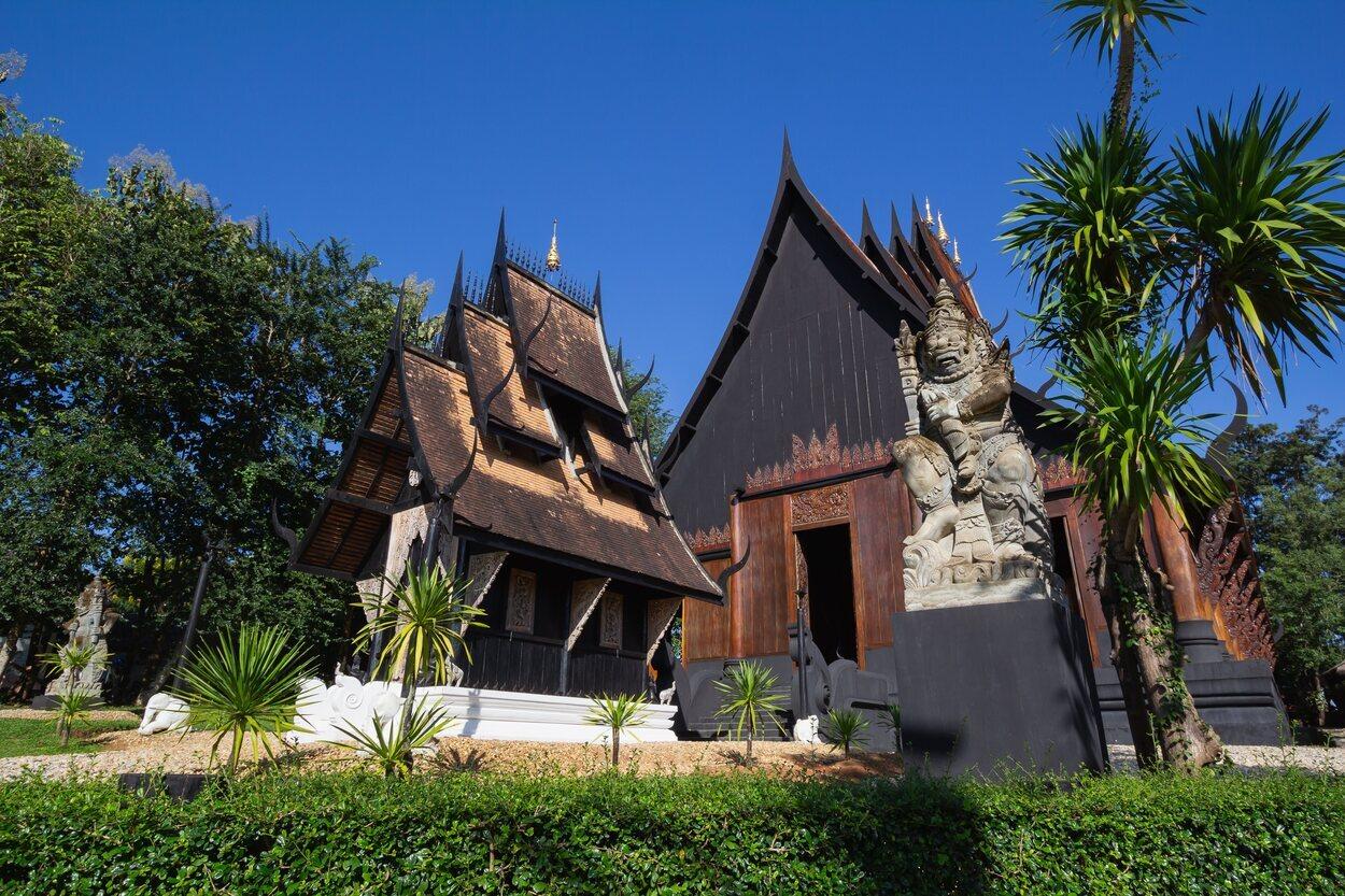 Baan Dum es un complejo de casas adornadas con madera oscura y cornamentas