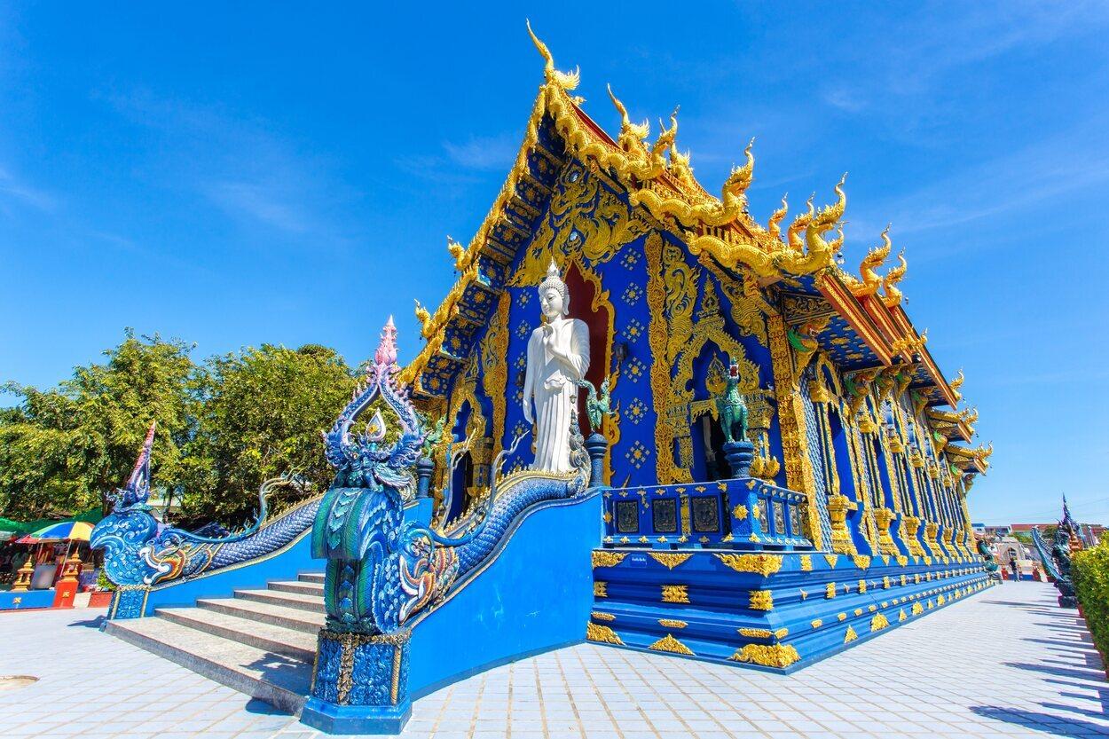 El templo azul es un monumento moderno budista