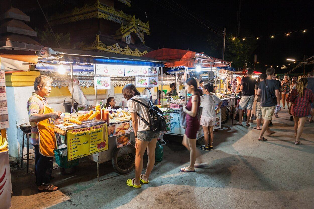 Su mercado nocturno es un lugar en el que se puede contemplar la comida nacional