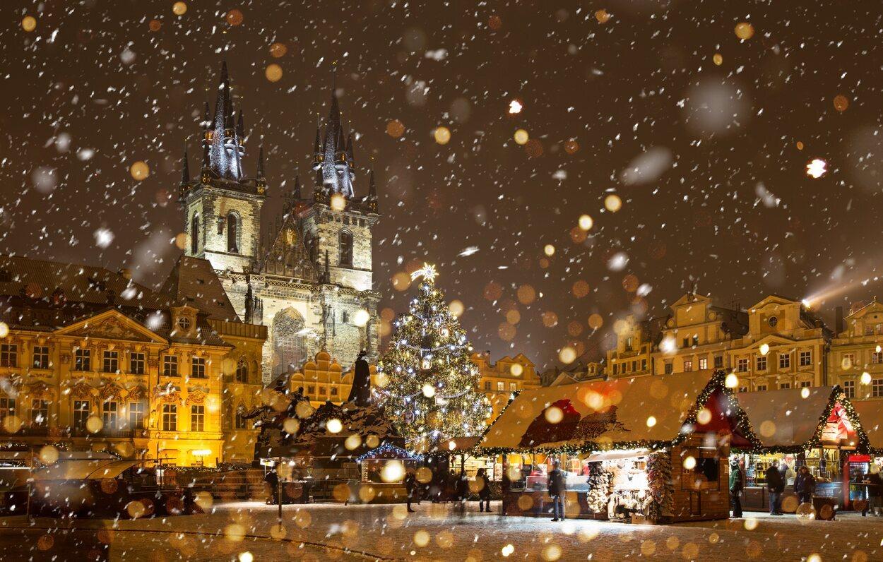 Praga en Navidad nevando