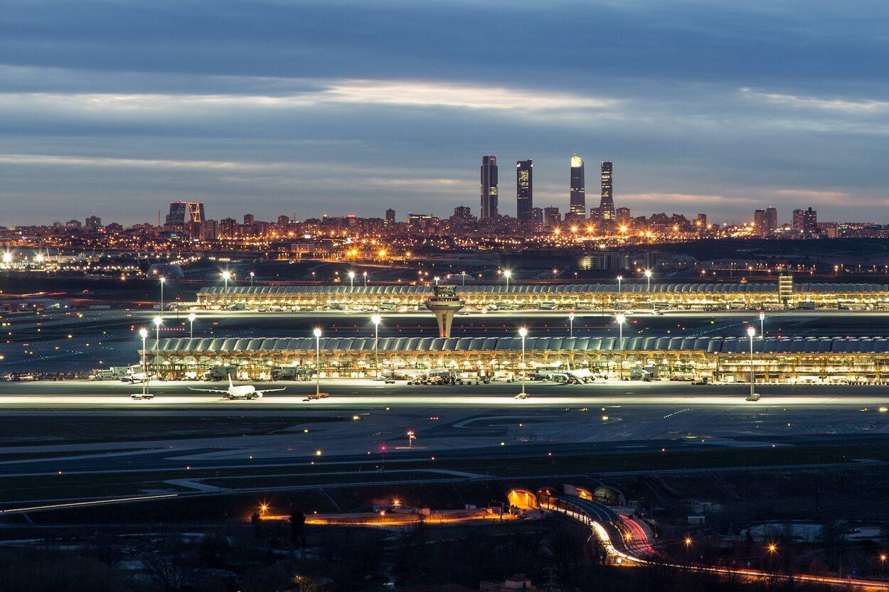 Aeropuerto de Barajas Adolfo Suárez de noche