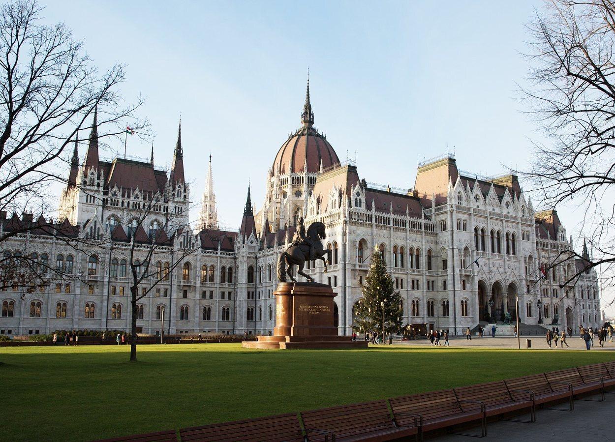 El Parlamento de Budapest desde la PlazaKossuth Lajos