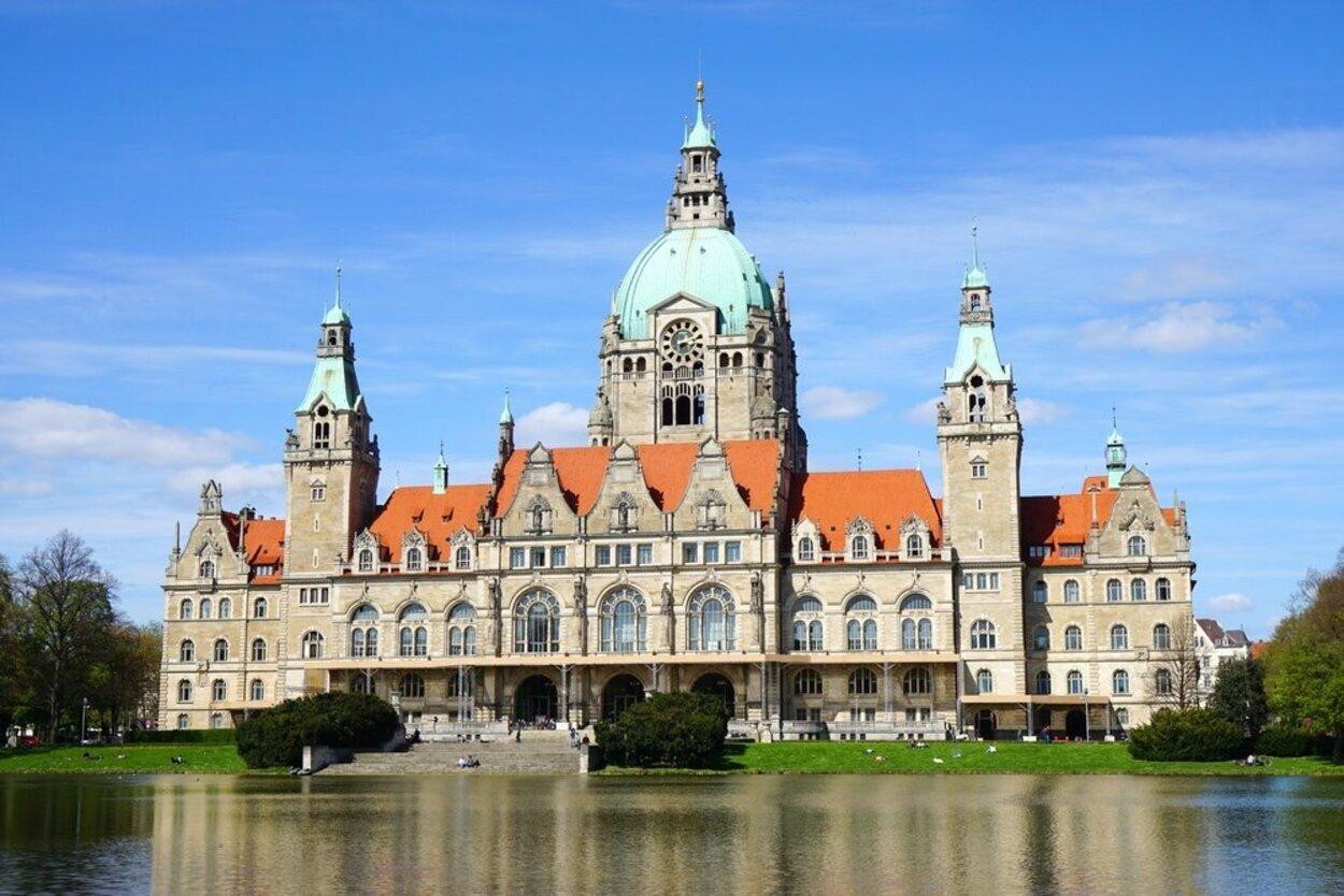 Ayuntamiento Nuevo aparenta la forma de un magnífico palacio clasicista