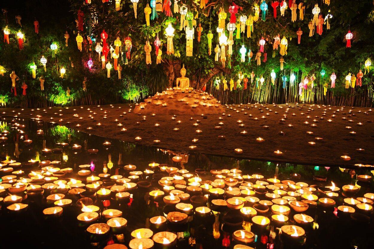 Wat Phan Tao es un templo muy atractivo con sus miles de lámparas alrededor de los estanques