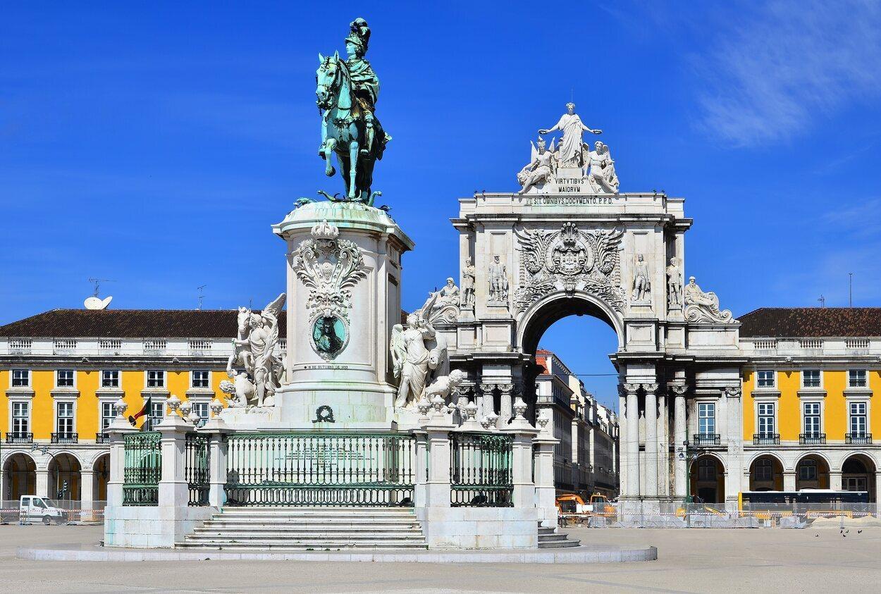 La Plaza el Comercio con la estatua de José I en el centro