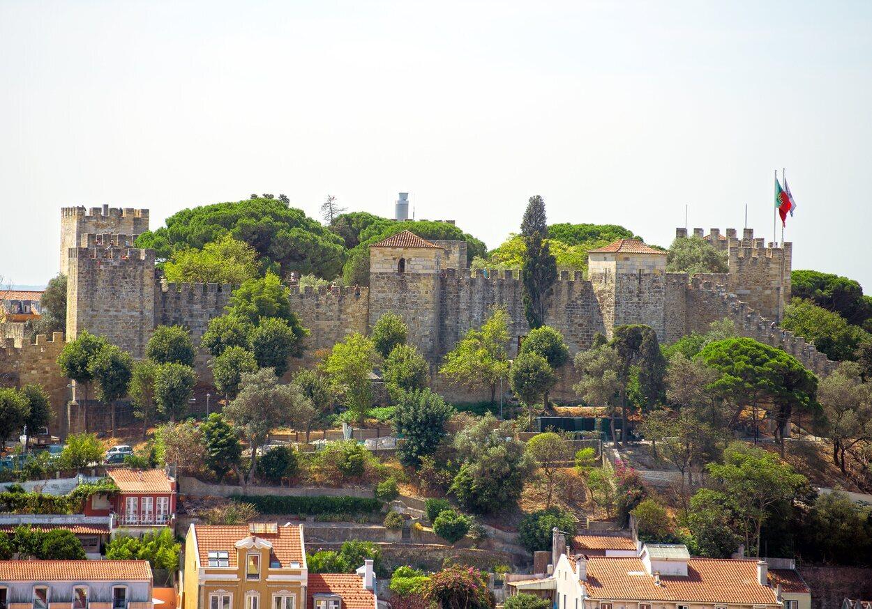 Vista completa del Castillo de San Jorge y sus jardines
