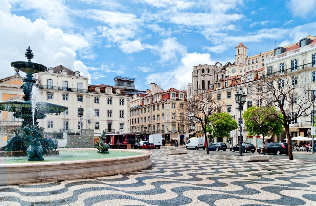 Una de las plazas con mosaicos en blanco y negro en el suelo del barrio de la Baixa